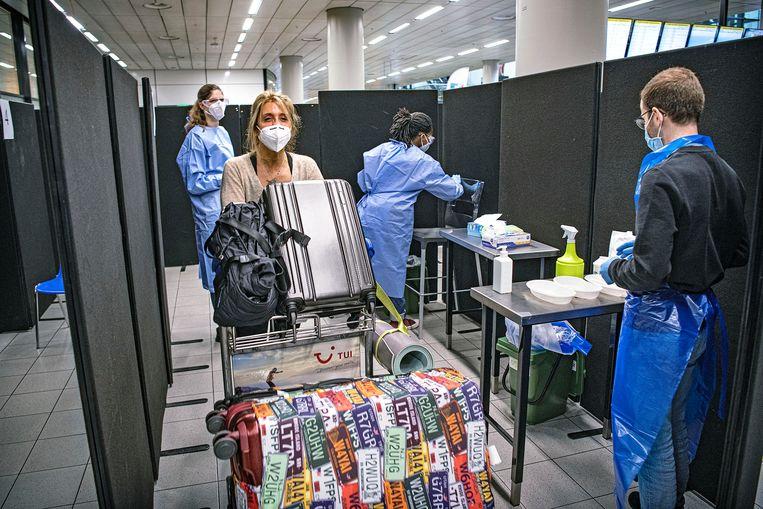 Coronatest door de GGD op Schiphol, op vrijwillige basis.  Beeld Guus Dubbelman / de Volkskrant