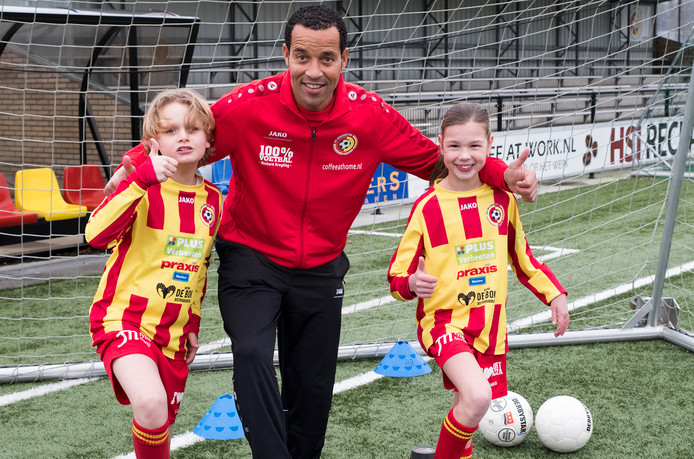 Remko Bicentini met Sjors en Kim, de eerste spelers van het voetbalplusteam van Juliana'31.