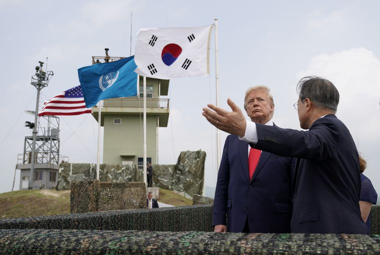 President Donald Trump met de Zuid-Koreaanse president Moon Jae-in in de Koreaanse gedemilitariseerde zone (DMZ). Beeld Reuters