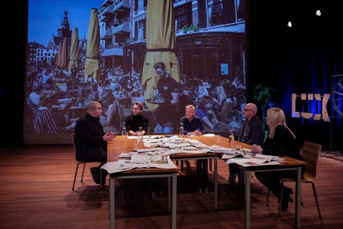 Aan tafel bij de eerste aflevering van Stadsgeprekken, de nieuwe talkshow van De Gelderlander en Lux. Van links naar rechts:  Khalid Oubaha, journalisten Stephen Friedrichs en Geert Willems, Gert de Graaf en tafeldame Wendy Grutters.