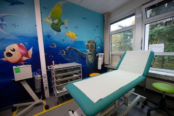 Dankzij de kleurrijke muren is het voor de kinderen aangenamer en kunnen dokters en verplegers gemakkelijker werken