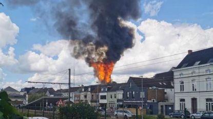Oude schutterstoren Wetteren brandt volledig uit, vallende en brandende brokstukken zetten ook andere daken in brand