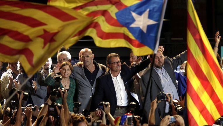 De leiders van onafhankelijkheidslijst Junts pel Sí aan het feest na de verkiezingen: Artur Mas (m.) wordt geflankeerd door Raül Romeva (l.) en Oriol Junqueras. Beeld epa
