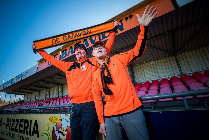 Albertus Wolters en Cor Wegh (rechts) zijn klaar voor de wedstrijd van De Bataven.