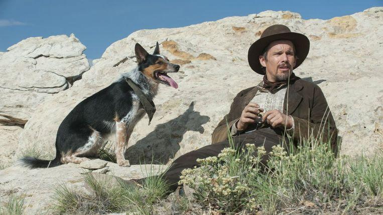 Hond Jumpy en Ethan Hawke in In a Valley of Violence. Beeld