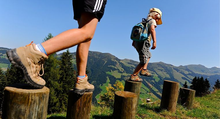 alpbach-wiedersbergerhorn-mutter-kind-wandern-fuse.jpg