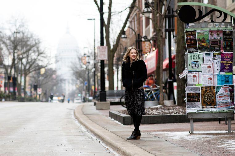 Chloe Benjamin op straat in Madison, Wisconsin.  Beeld Lauren Justice
