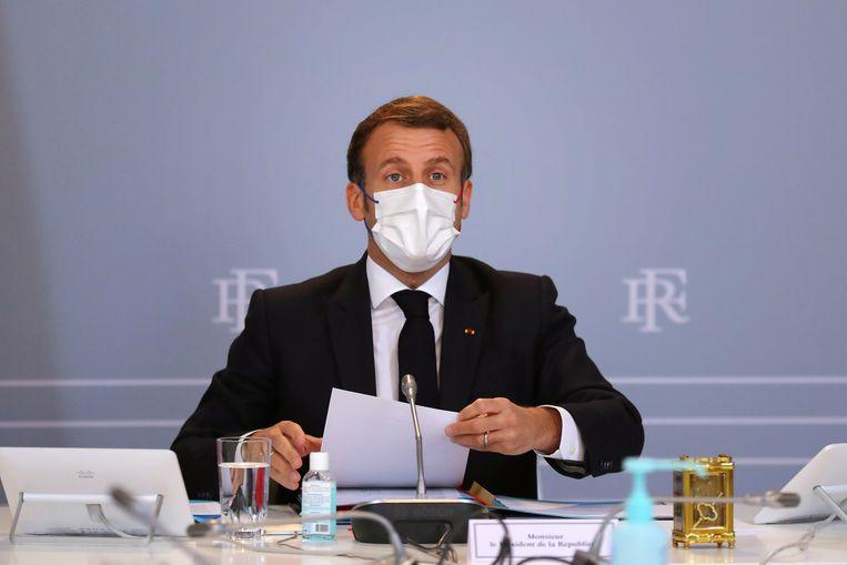 De Franse president Macron gaf een interview aan The New York Times. Volgens de krant belde hij zelf vanuit zijn 'gouden kantoor'.   Beeld AFP