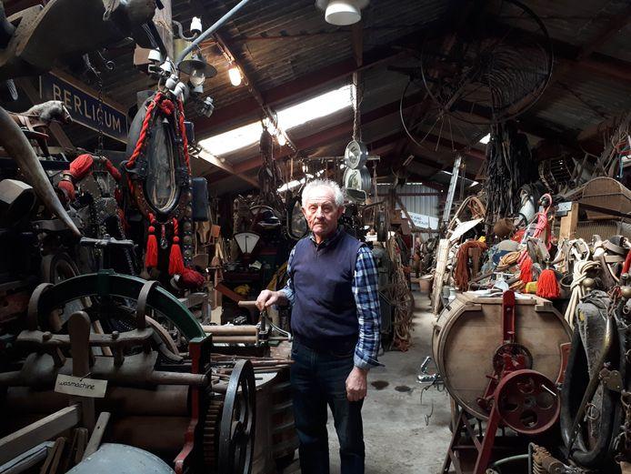 Theo Danen, temidden van zijn verzameling oude spullen. Foto Janneke Hobo