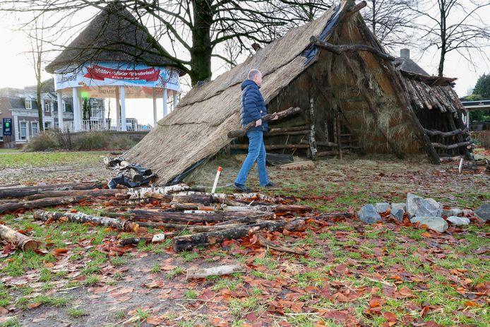 Opbouw van de kerststal op de Markt in Waalre.