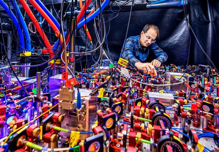 Amsterdam- Prof. Florian Schreck (UvA) de nauwkeurige klok.  Beeld Raymond Rutting / de Volkskrant