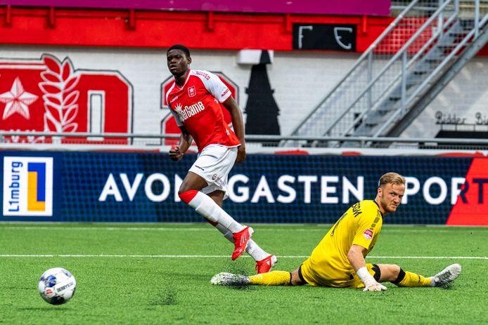 Mitchy Ntelo passeert doelman Mike Havekotte en scoort de 2-0. Helmond Sport verliest ook zijn derde duel van het seizoen.