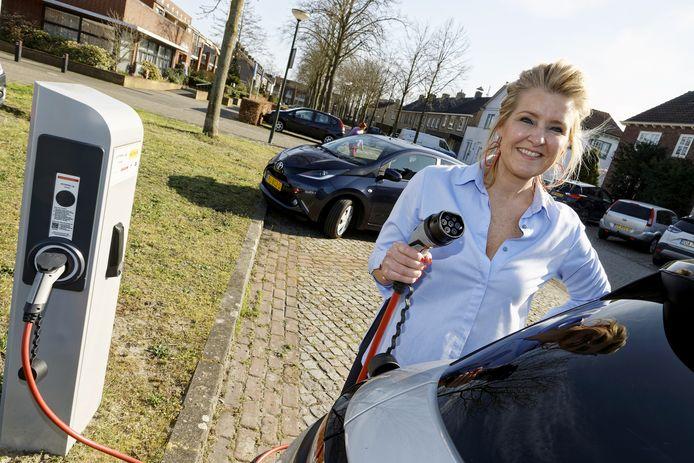 Rachel van de Greef bij de laadpaal in de Julianastraat in Schijndel.
