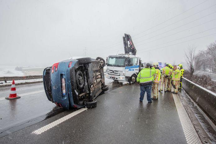 De wagen ging over de kop op de snelweg