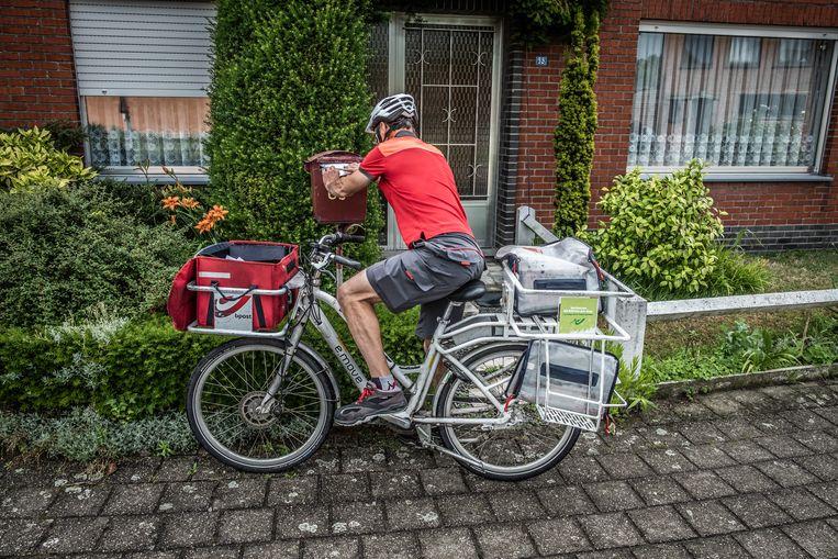 Een postbode doet zijn ronde.