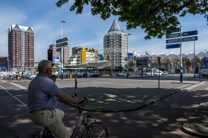 Het station Rotterdam Blaak op de achtergrond.