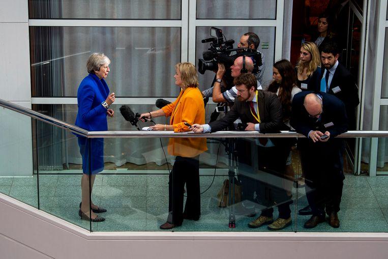 Britse premier Theresa May staat de pers te woord. Beeld EPA