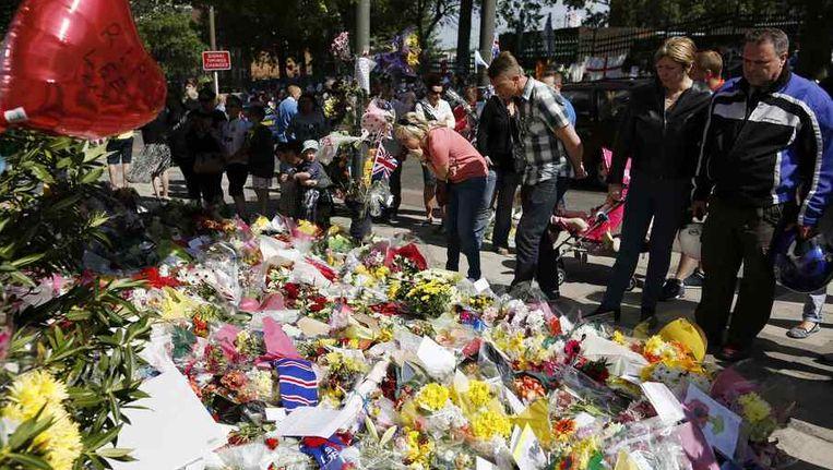 Bloemen op de plek waar de Britse militair werd neergestoken Beeld reuters