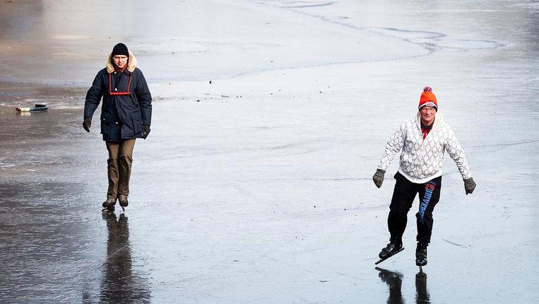 Schaatsers wagen zich op het ijs van de Keizersgracht. Beeld anp