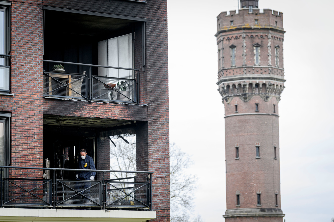 Het uitgebrande appartement in het complex in Delden.