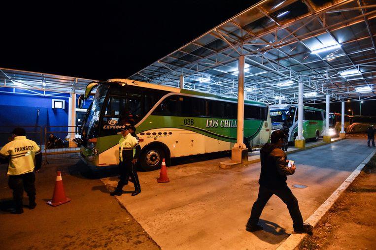 Bussen zetten Venezolanen af in Peru, aan de grens met Ecuador. Beeld AFP