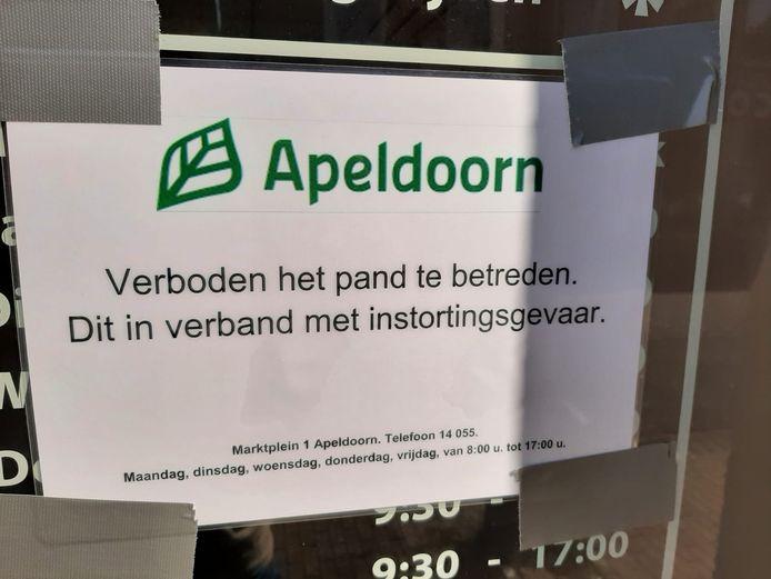Het plafond van een pand aan de Asselsestraat in Apeldoorn kwam gisteren plots naar beneden. Malika Hair Beautysalon en twee bovenliggende appartementen zijn daarom tot nader order gesloten in verband met instortingsgevaar.
