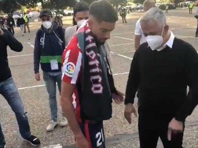 Ook naast het veld toont hij z'n klasse: Carrasco gaat poolshoogte nemen bij man die gewond raakt bij titelviering en schenkt hem shirt
