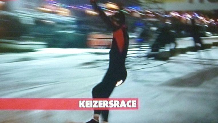 Ronald Mulder schuift over de finish van de Keizersrace. Beeld AT5 TV Beeld