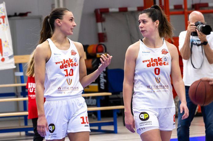 Lisanne de Jonge en Yfke Hoek praten na over de verloren wedstrijd tegen Dozy Den Helder.