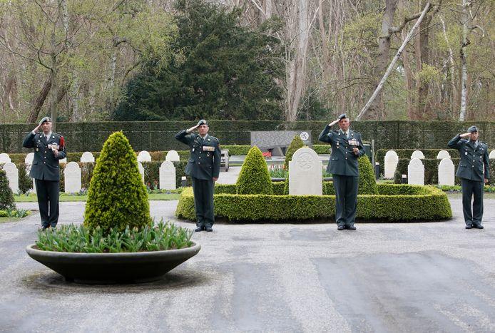 Vier militairen van het Regiment Geneeskundige Troepen herdenken hun in de Tweede Wereldoorlog gesneuvelde voorgangers.