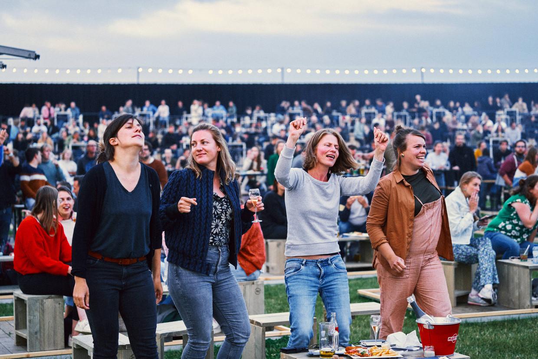 Festivalgangers genieten in bubbels van Werchter Parklife.  Beeld Thomas Sweertvaegher