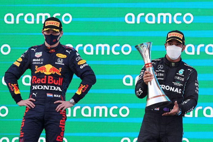 Mercedes-coureur Lewis Hamilton (rechts) op het podium met Max Verstappen.