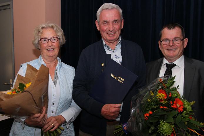 Jos van Delft (midden) met zijn vrouw en wethouder Hans van de Looij