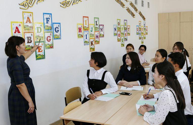 Leerlingen in Astana krijgen les in het nieuwe alfabet. Beeld AFP