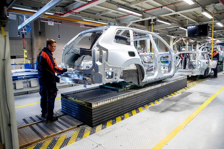 Werknemers in de autofabriek van Volvo in Torslanda, Göteborg, Zweden. Beeld Hollandse Hoogte / AFP