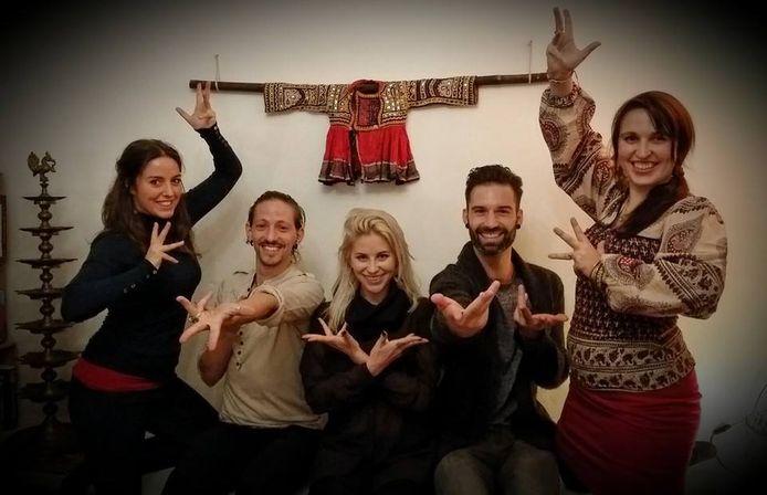 Laura Neyskens, Tom Decuyper, Allison, Sean en Ayla Joncheere tijdens een repetitie.