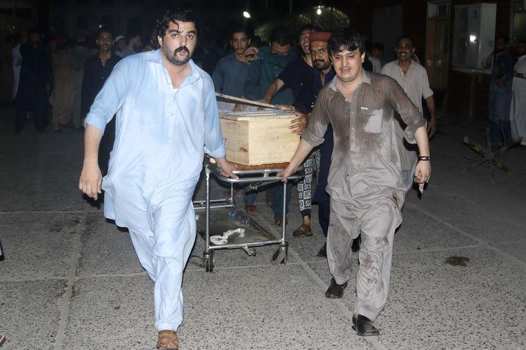 Een van de slachtoffers is politicus Haroon Bilour van de linkse en seculiere Awami National Party (ANP). Hij overleed in het ziekenhuis aan zijn verwondingen. Hier wordt zijn lichaam in een kist weggedragen.