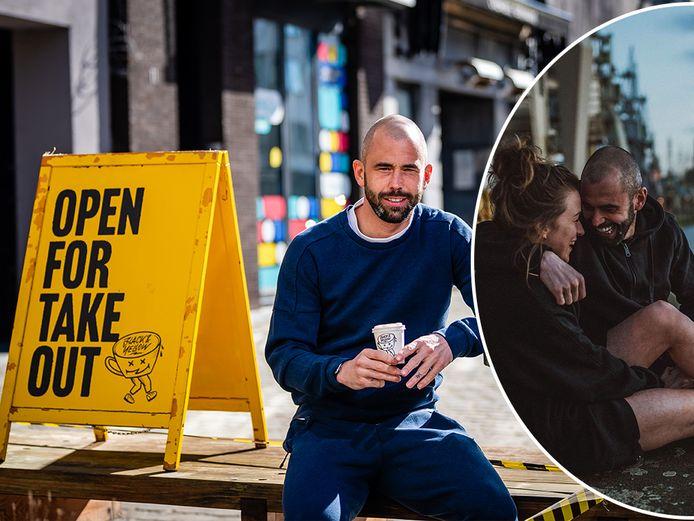Defour in Antwerpen met een koffie uit de zaak van zijn vriendin (rechts).