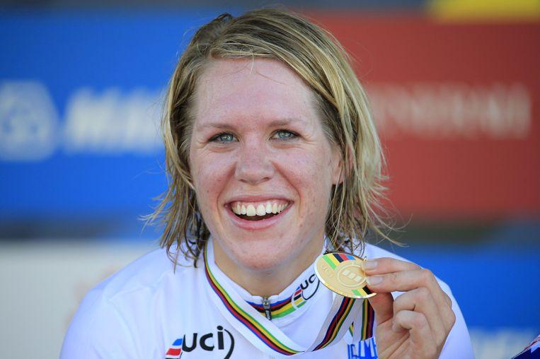 Ellen van Dijk nadat ze in september wereldkampioen tijdrijden werd in Florence Beeld afp