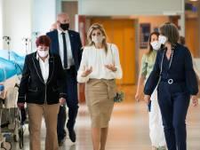 Koningin Máxima wordt tijdens werkbezoek in UMC Utrecht bijgepraat over inhalen van zorg