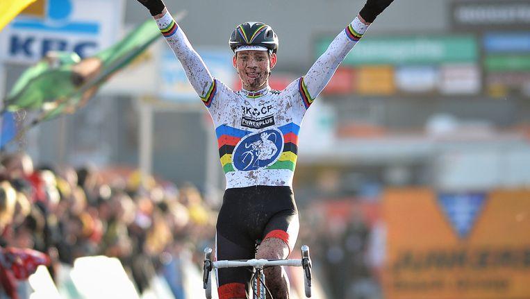 Het beeld van een juichende Mathieu van der Poel wordt zo stilaan vaste prik. Na Tabor vorige week en Lille gisteren was het vandaag weer prijs. Beeld BELGA