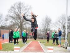 Jonge Almelose atleten leven zich in lockdown uit met verspringbak: 'Eindelijk weer een wedstrijd'