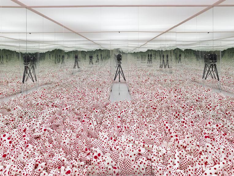 Yayoi Kusama, Infinity Mirror Room - Phalli's Field. Beeld Jannes Linders, Museum Boijmans Van Beuningen, Rotterdam.