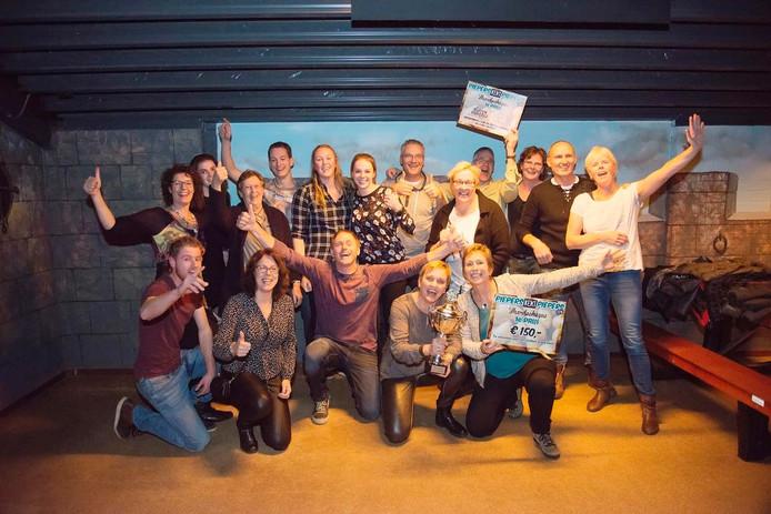 De winnaars van de Volkelse kwis: Vriendengroep `T is Wa.
