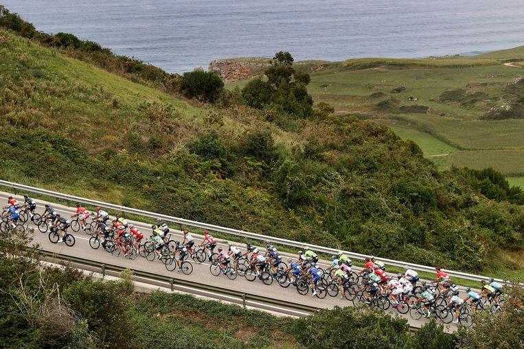 Het Vuelta-peloton is onderweg naar Santo Toribio de Liébana in Cantabrië, tijdens de editie 2017. Froome won vorig jaar, maar is nu afwezig. Beeld Photo News