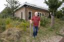 Champak Geijssen bij zijn houten bungalow.