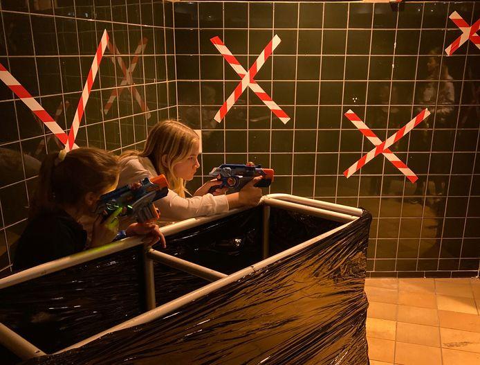 Kinderen testen de lasergamebaan in de oude V&D uit.