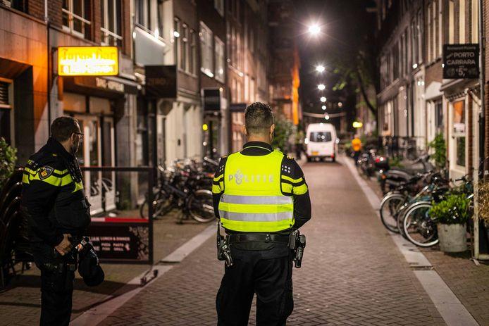 Politie bij de Lange Leidsedwarsstraat in Amsterdam, waar Peter R. de Vries werd neergeschoten.