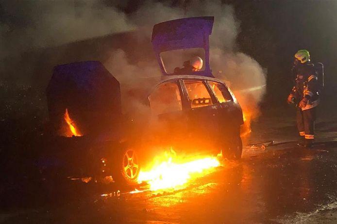 De auto die in vlammen op ging.