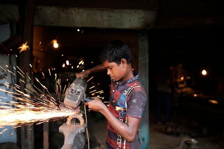 Een man aan het werk in Bangladesh, dat het meest profiteert van de gunsttarieven.